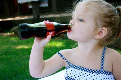 Кока-кола окрашивает язык у детей