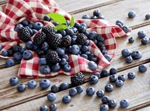 Черные ягоды окрашивают рот и зубы в темный цвет