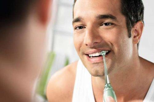 Чистка зубов с ирригатором удаляет весь налет