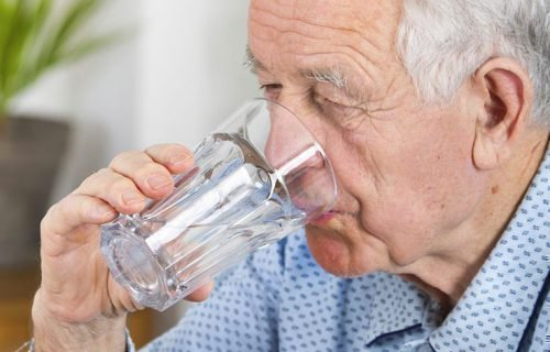 Достаточное питье для пожилых