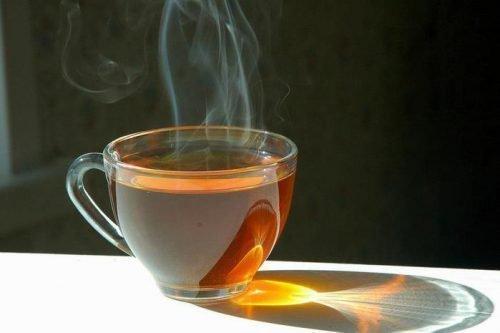 Горячий чай в стакане