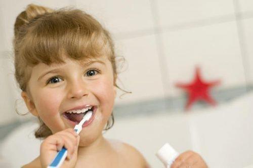 Чистка зубов ребенка