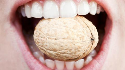 Причина перелома зуба - орех