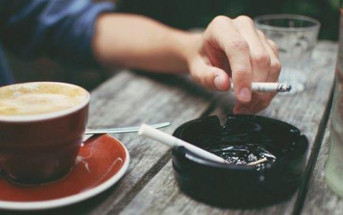 Курение и алкоголь вызывают пожелтение зубов