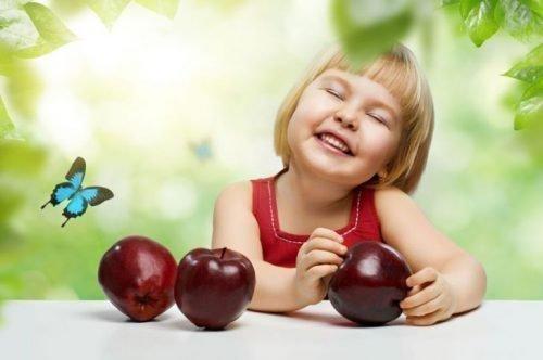 Твердые фрукты и овощи очищают зубки от налета