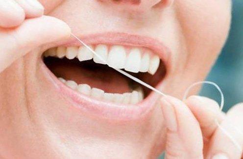 Чистка нитью зубов