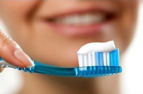 Чистка зубов отбеливающей пастой