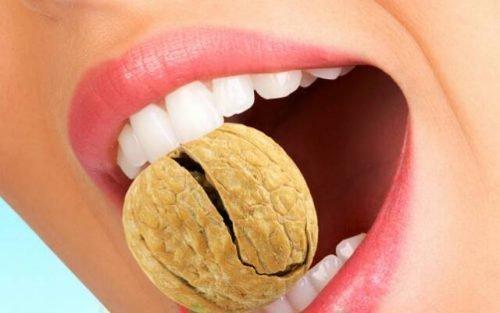 Плохие привычки - кусать орехи, открывать бутылки