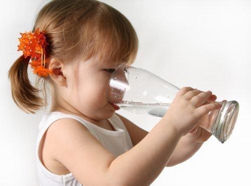 Ребенок должен пить чистую воду