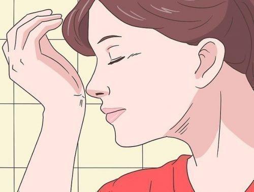 Понюхать запястье со слюной
