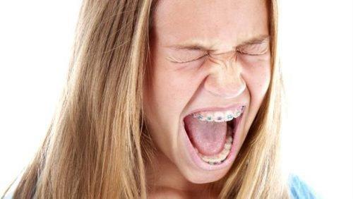 Дискомфорт от брекетов у девушки