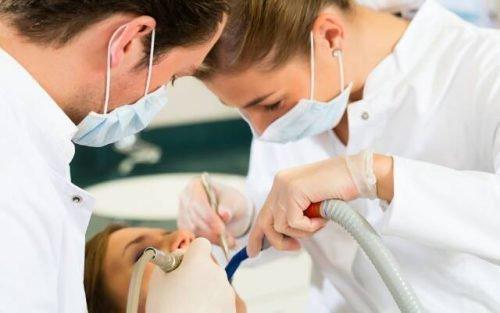 Посещение стоматолога для очистки и лечения зуба