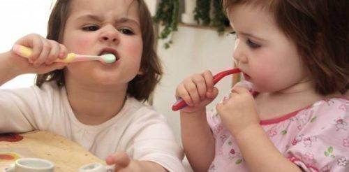 Чистка зубов прививается с раннего детства