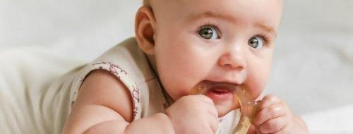 Ребенок с прорезывателем
