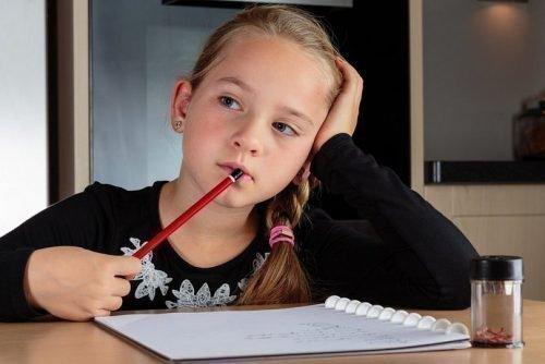 Ребенок грызет карандаш